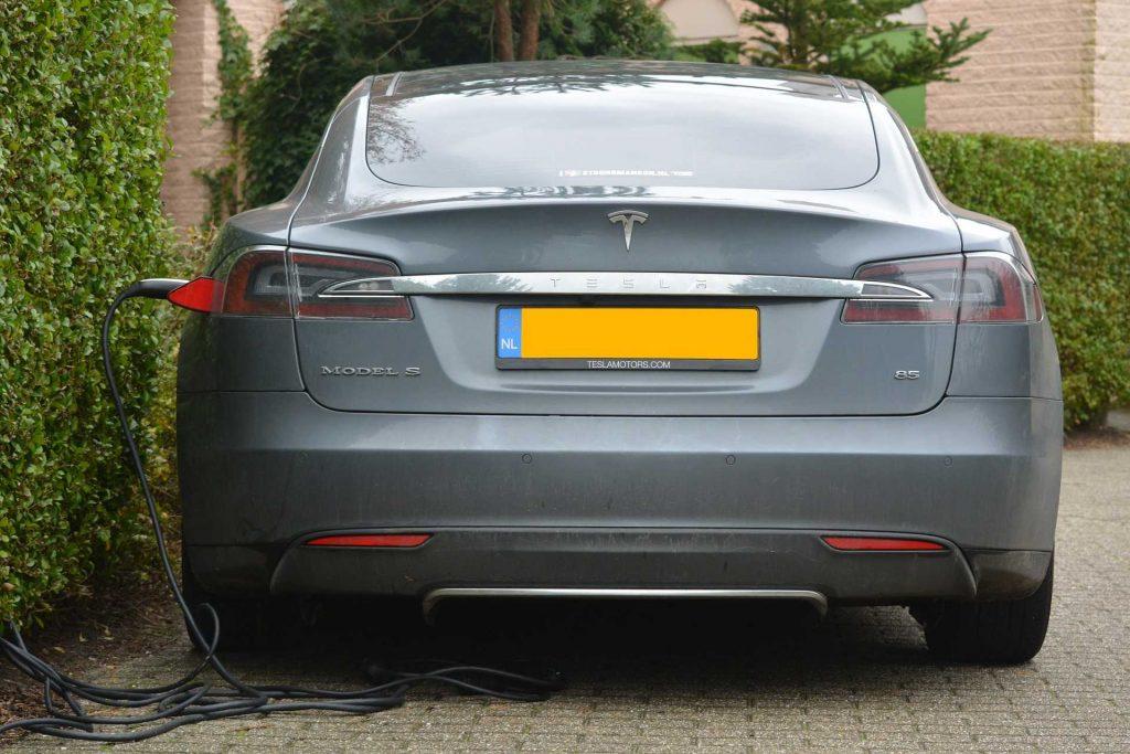 Tesla électrique arrière