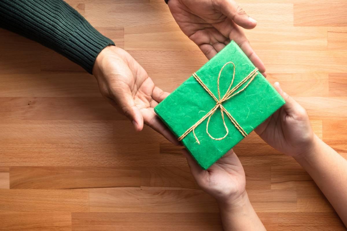 Quel cadeau collectif offrir pour un pot de départ ?