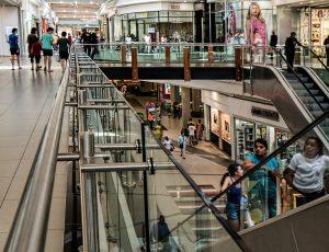 Solutions d'affichage pour les magasins d'articles de sport dans un centre commercial