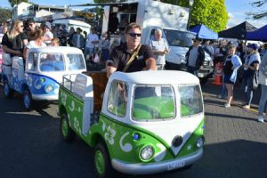 AUCKLAND, NEW ZEALAND - Nov 20, 2020: View of Kombi Groovy Bus riding at Howick Christmas market on Picton Street Banque d'images - 164926585